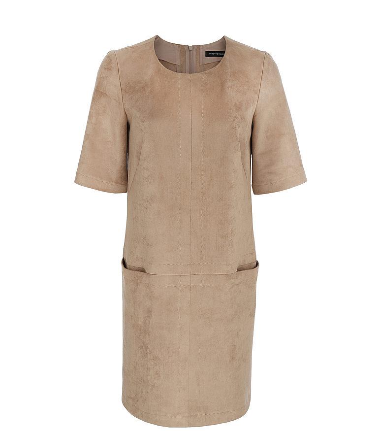 beżowa zamszowa sukienka z przeszyciami i krótkim rękawem