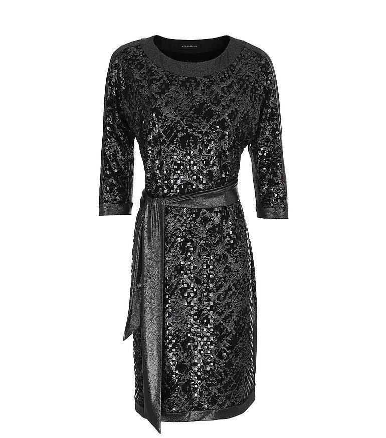 srebrna sukienka z cekinami i szarfą