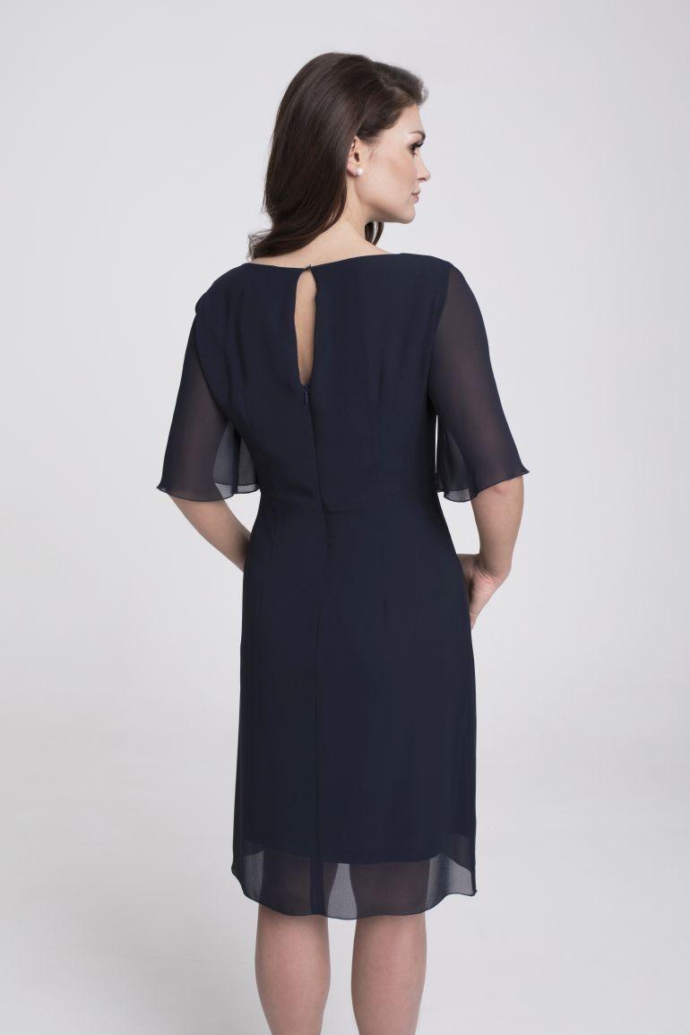 modelka w wizytowej sukience - granatowa sukienka z szyfonu marki Vito Vergelis