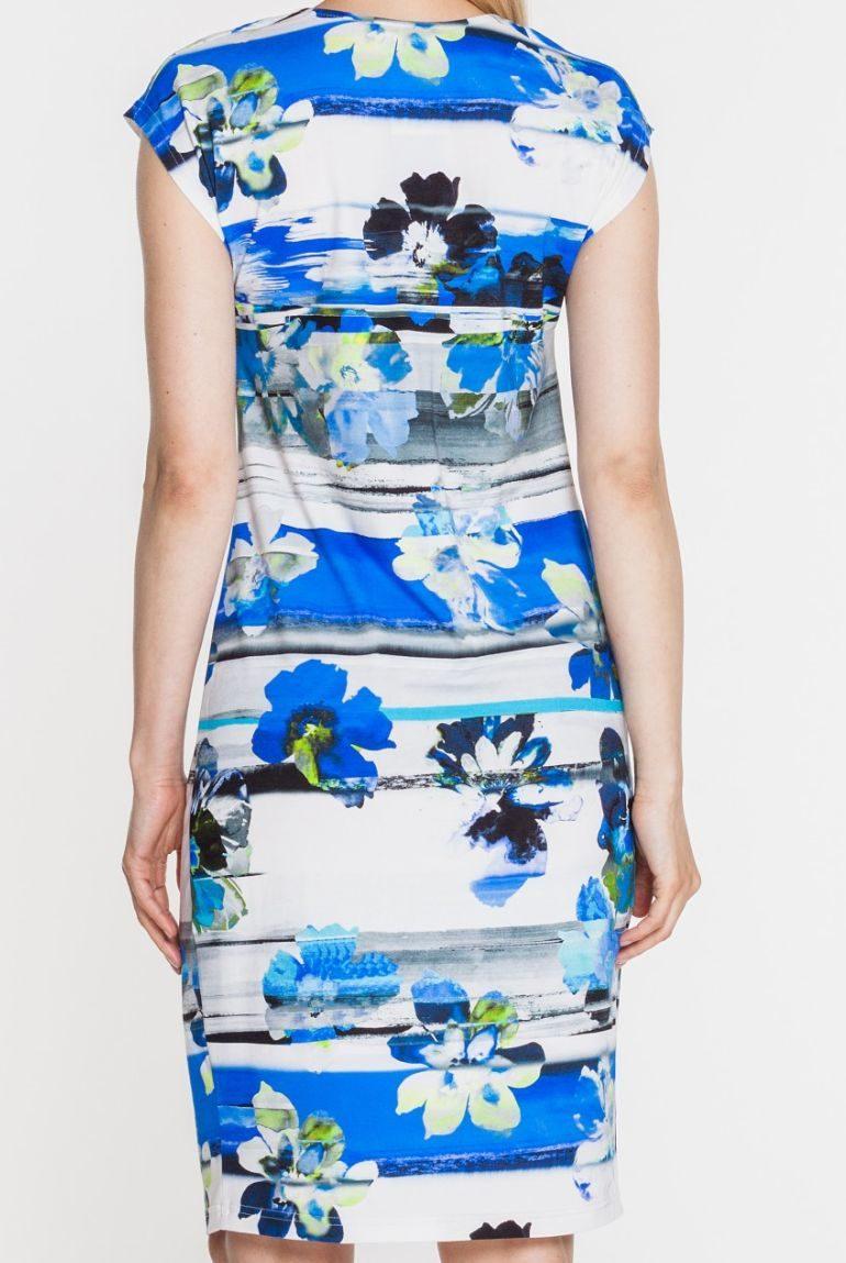 Niebieska sukienka dzianinowa w kwiaty