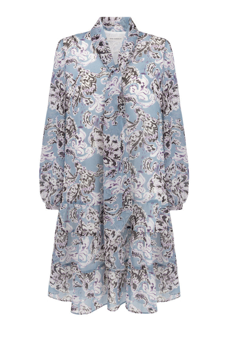 Błękitna sukienka z falbanami