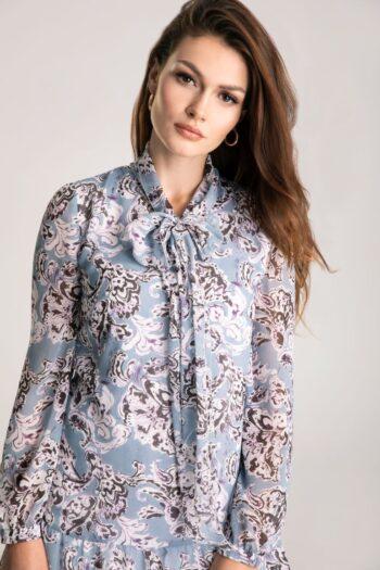 Błękitna sukienka w kwiaty z wiązaniem i falbaną marki Vito Vergelis