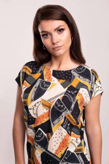 Modelka w bluzce Vito Vergelis. Bluzka z cupro i wiskozy w graficzny nadruk.