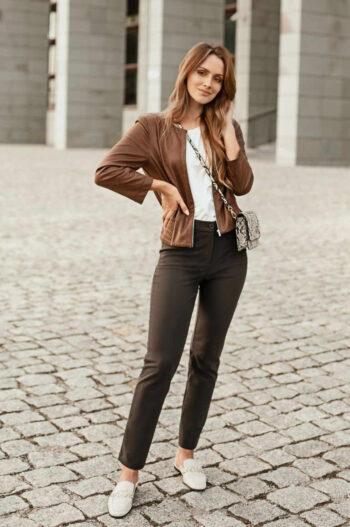 brązowa kurtka damska z ekoskóry i brązowe spodnie damskie z elastanem marki Vito Vergelis