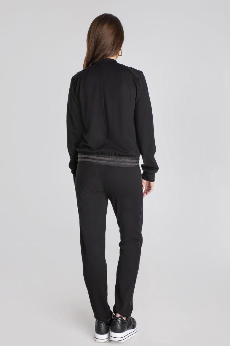 Linia basic Vito Vergelis. Czarna dzianinowa bluza na suwak z gumą i literkami.