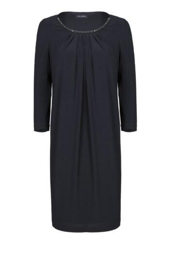 Linia wizytowa. Czarna sukienka oversize z ozdobną taśmą przy dekolcie polskiej marki Vito Vergelis