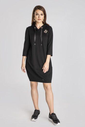Linia basic Vito Vergelis. Czarna dresowa sukienka z kapturem, z ozdobnymi taśmami i literkami