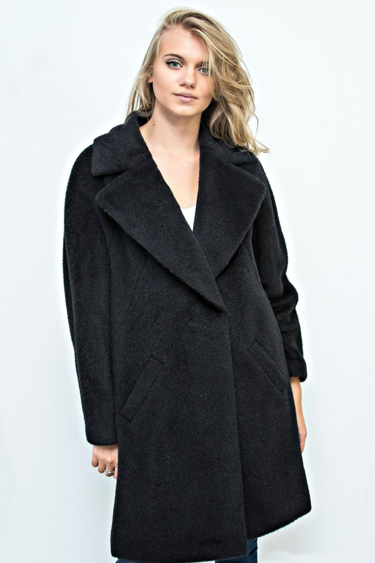 Czarny płaszcz z alpaki z szerokimi klapami