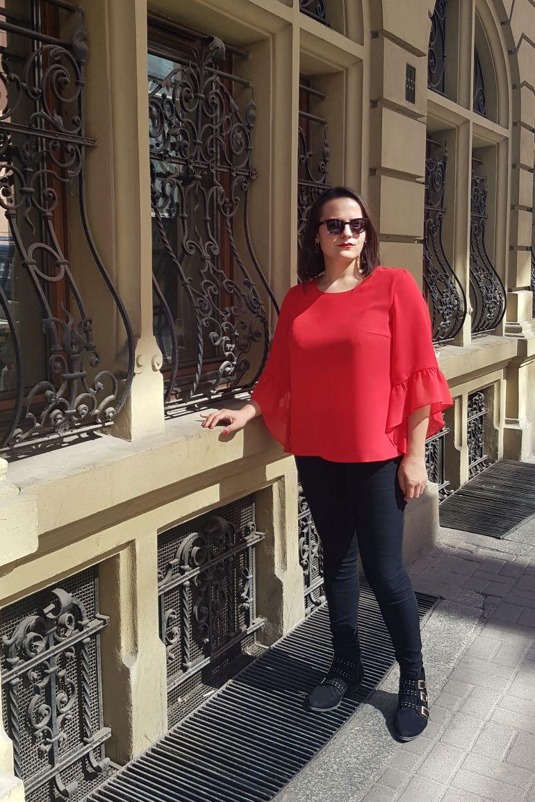 dziewczyna w czerwonej bluzce z szyfonu