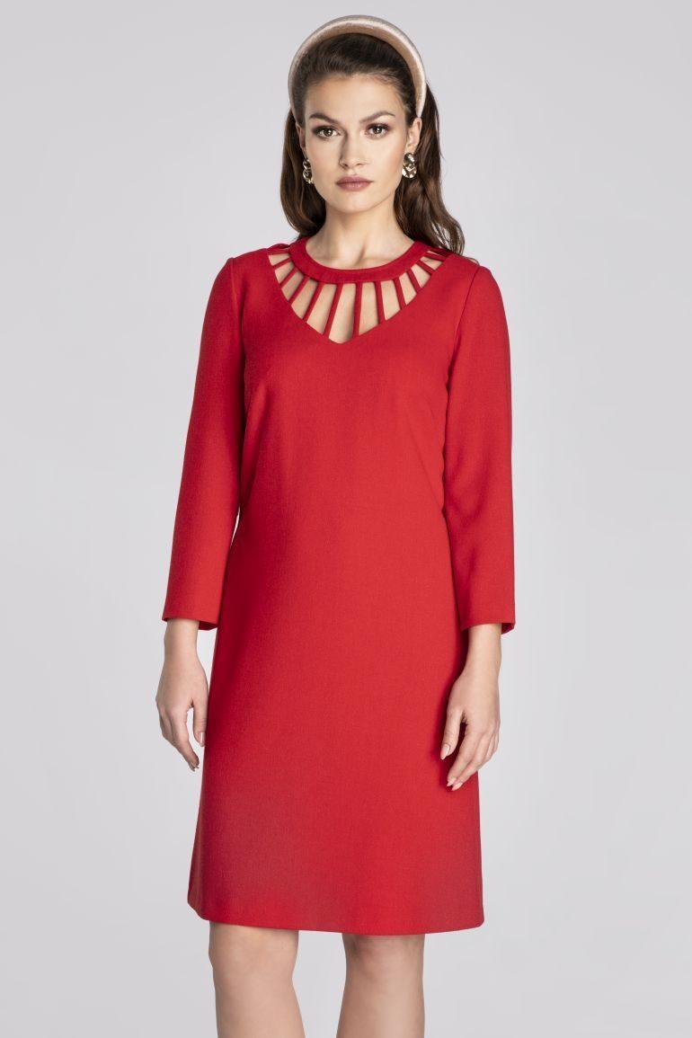 Czerwona sukienka z ozdobnym dekoltem