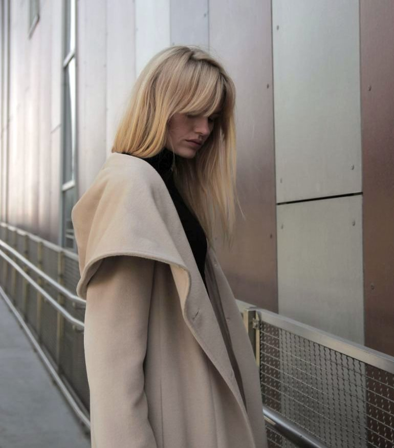 Długi jasny płaszcz