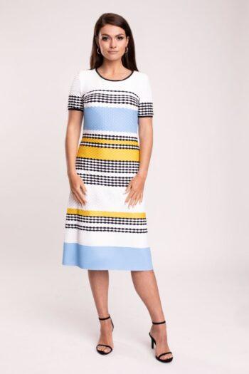 Modelka w sukience Vito Vergelis. Dzianinowa sukienka w paski marki Vito Vergelis