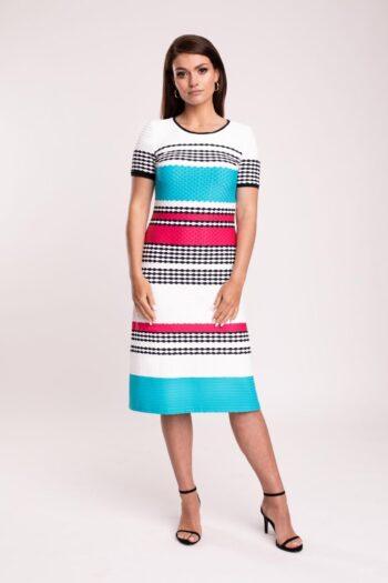 Modelka w sukience Vito Vergelis. Dzianinowa sukienka w paski marki Vito Vergelis - turkus z fuksją