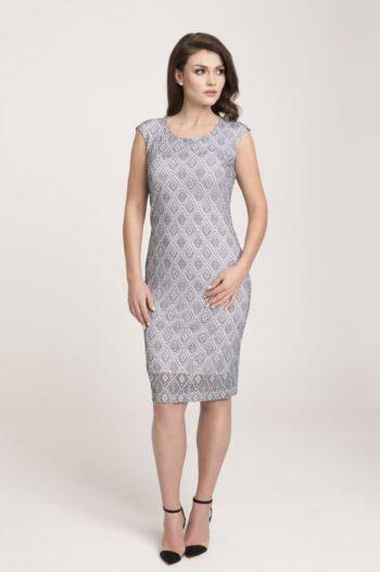 Modelka w sukience Vito Vergelis. Komfortowa i elegancka sukienka z dzianinowej koronki.