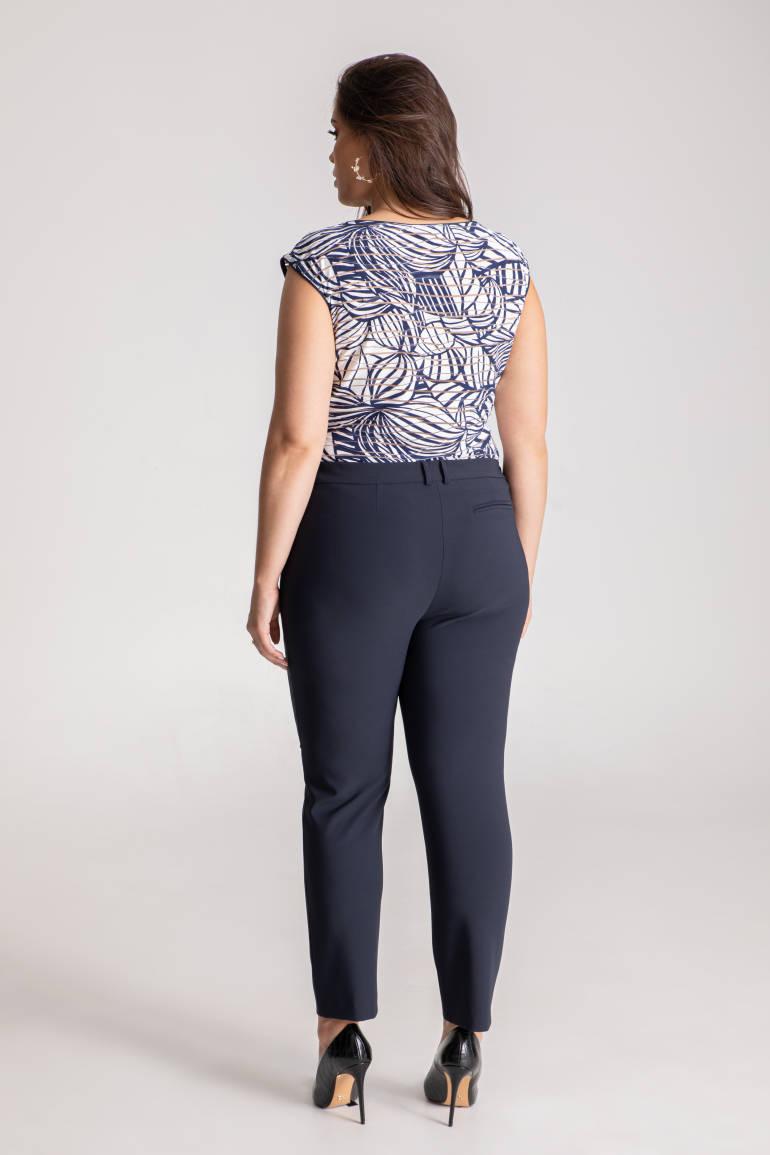 Elastyczne spodnie damskie w kolorze granatowym. Granatowe spodnie plus size polskiej marki Vito Vergelis