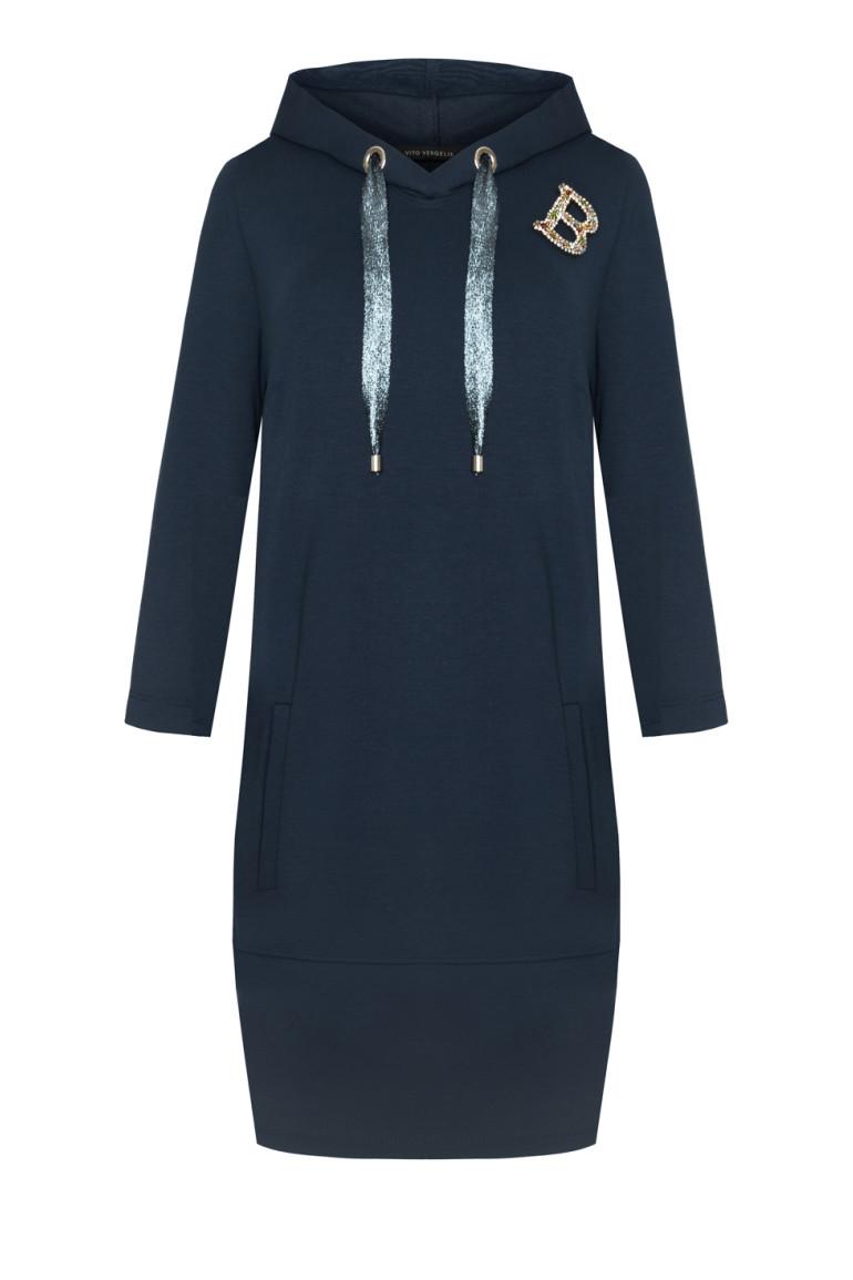 Granatowa sukienka z kapturem z literkami i ozdobną taśmą