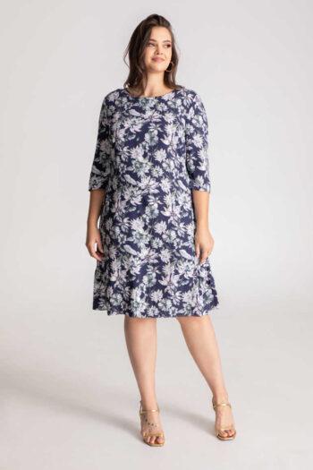Niebieska sukienka z długim rękawem z wiskozy w białe kwiaty marki Vito Vergelis. Model na duże rozmiary