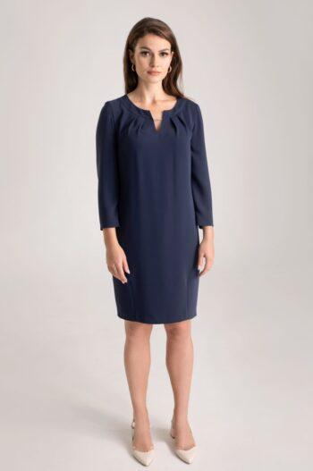 Linia wizytowa. Granatowa sukienka oversize z ozodbnym dekoltem polskiej marki Vito Vergelis