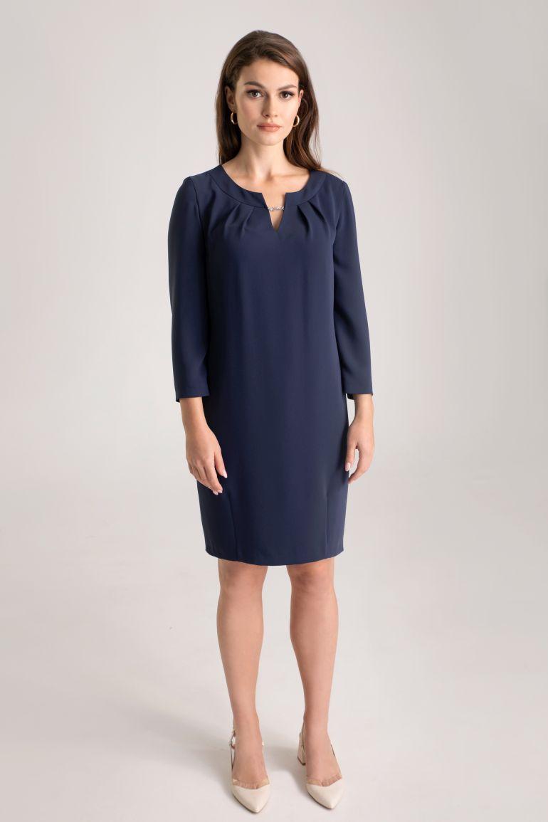 Granatowa sukienka z ozdobnym detalem