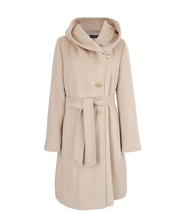 Długi jasny płaszcz z kapturem i paskiem