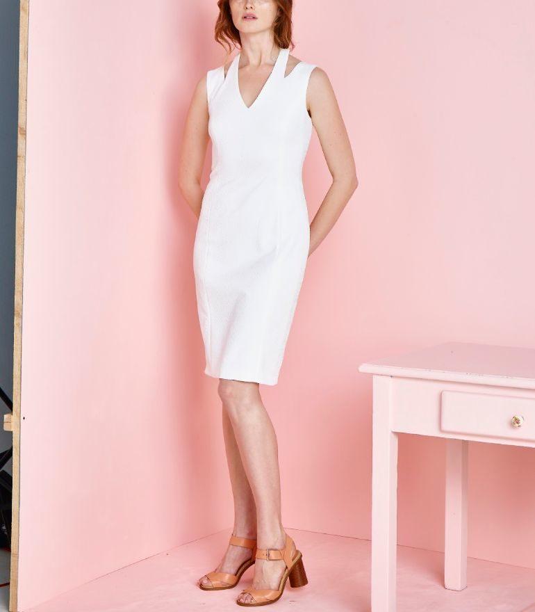 Biała sukienka ołówkowa z wycięciami i odkrytymi ramionami. Wizytowa sukienka Vito Vergelis.