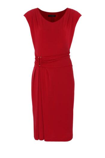 Czerwona sukienka z paskiem i marszczeniem z lejącej dzianiny