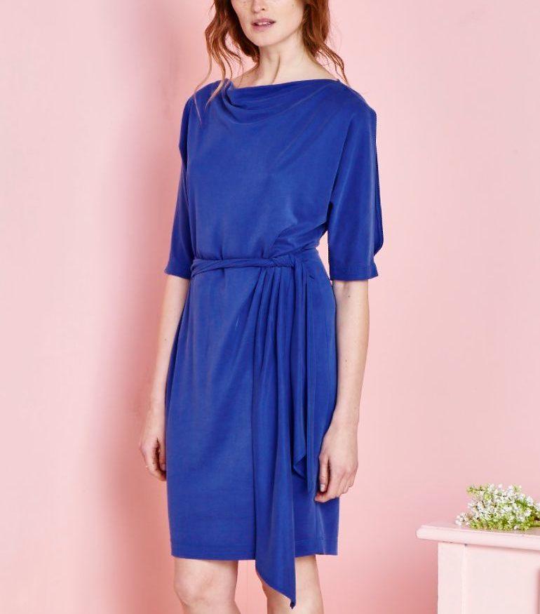 Niebieska sukienka z szarfą