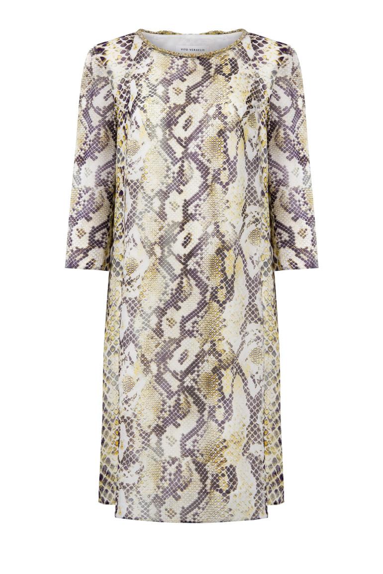 wizytowa sukienka we wzór węża z plisowaniem z tyłu i ozdobną taśmą marki Vito Vergelis