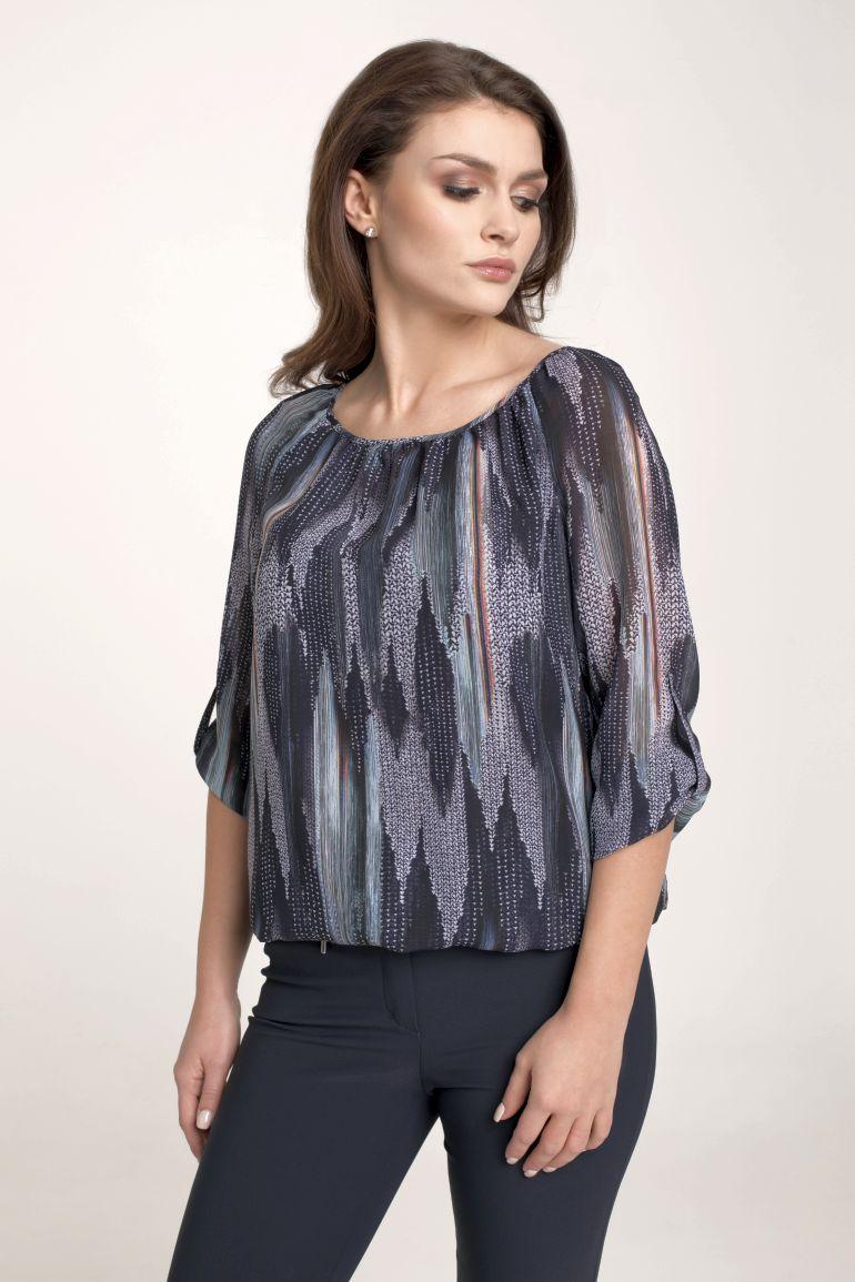 Modelka w bluzce Vito Vergelis. Wzorzysta bluzka z regulowanym rękawem.