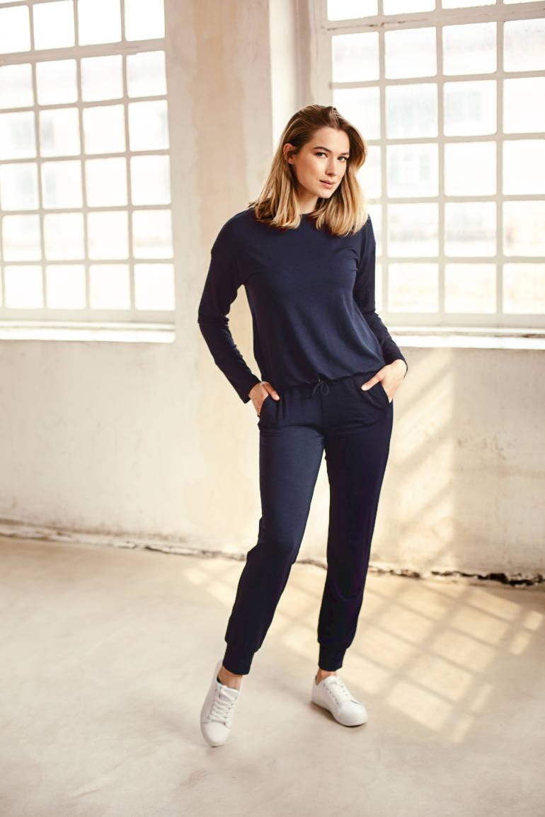 Spodnie dresowe damskie micromodal granatowe i bluza damska. Dres damski micromodal polska marka Vito Vergelis