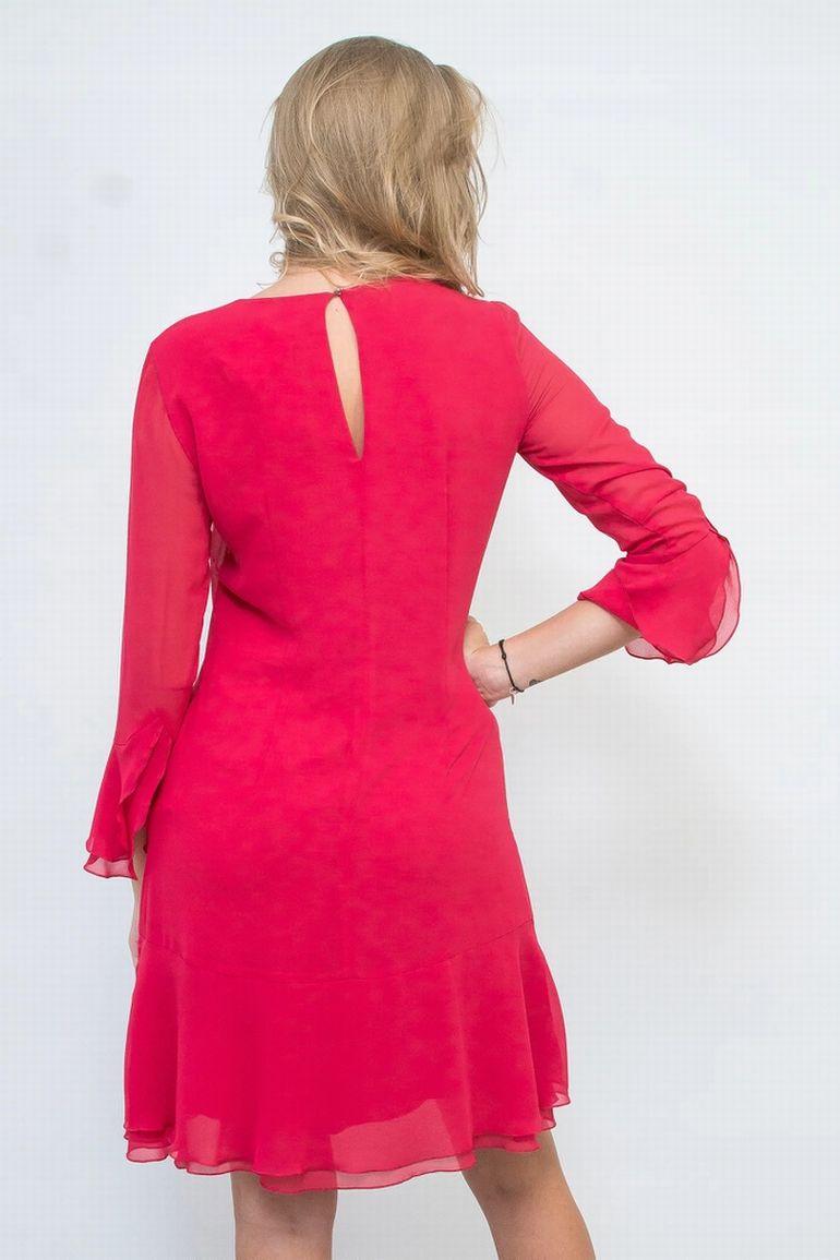 Malinowa sukienka z falbanami