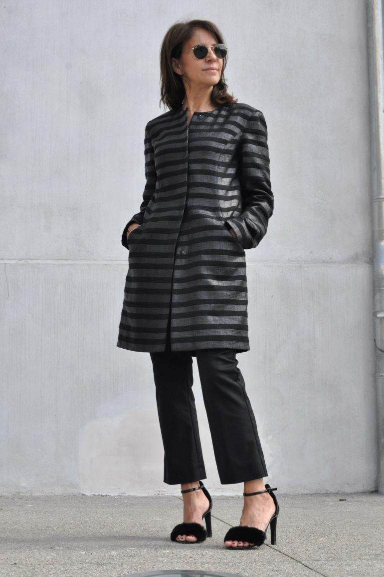 Czarny płaszcz w paski