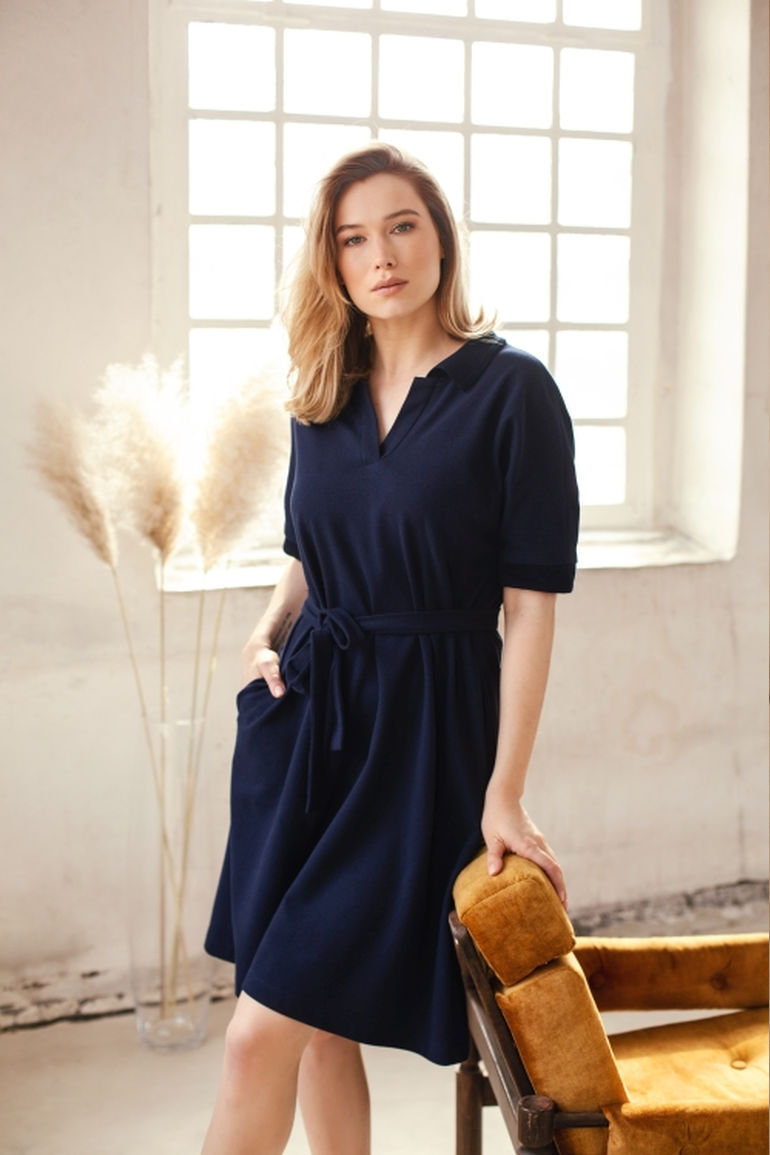 rozkloszowana sukienka z bawełny organicznej granatowa polska marka Vito Vergelis