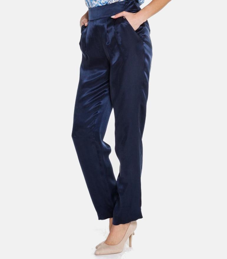 Granatowe spodnie z błyszczącego cupro.