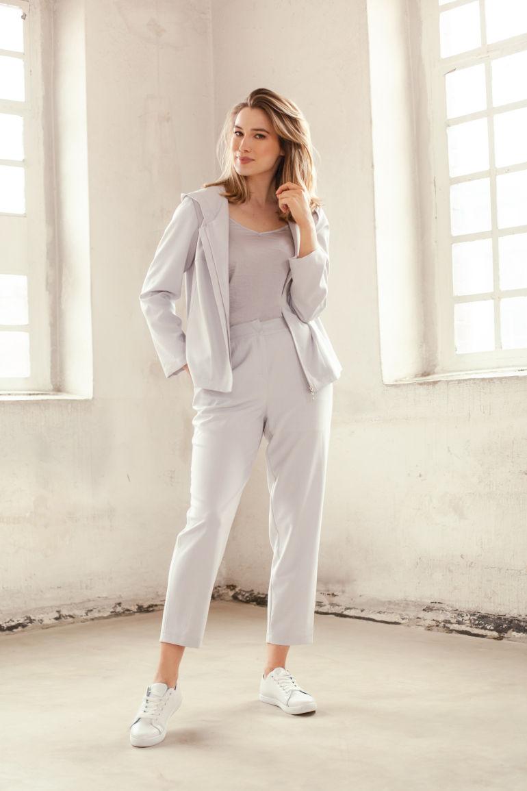 szara bluza z kapturem szare spodnie damskie 7/8 szyte w Polsce. Letnia spodnie plus size polska marka Vito Vereglis