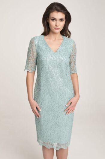 Modelka w jasnozielonej sukience Vito Vergelis. Wizytowa sukienka z gipiury miętowa